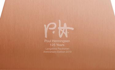 ヘニングセンのサイン P.H. と「Poul Henningsen 125 Years Langelinie Pavilion Anniversary Edition 2019」という文字が刻印